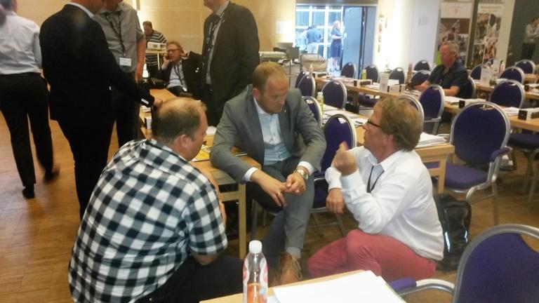 Thorleif tar kontakt med politikere. Her i samtale med daværende landbruksminister Dale i en pause på årsmøtet.
