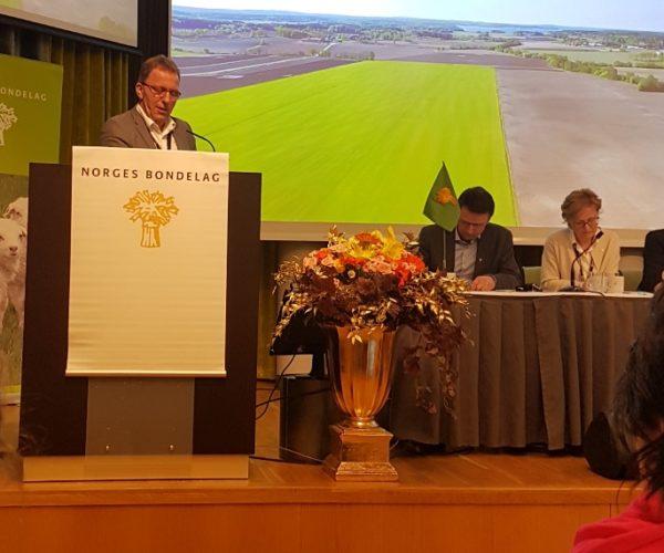 Thorleif er aktiv på talerstolen på møter i Norges Bondelag. Nå håper han på en plass rundt styrebordet