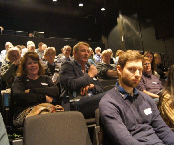 Det kom mange innspill fra salen. Her er det Trond Clausen, lokalpolitiker i Sandefjord som har mikrofonen.