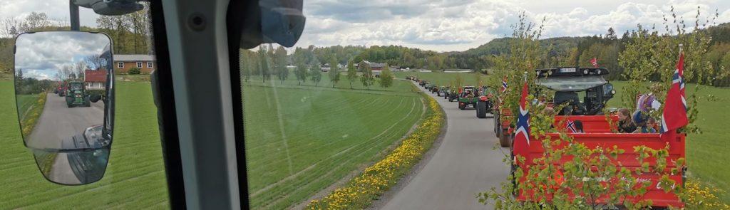 Traktorer så langt øye kunne se i både frontruta og sidespeilet!  Foto: Harald Lie