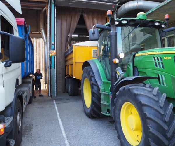 På kornmottaket i Bø er det bra trøkk om dagen. Levering av kornet går radig for seg med bestilling av time på nett.