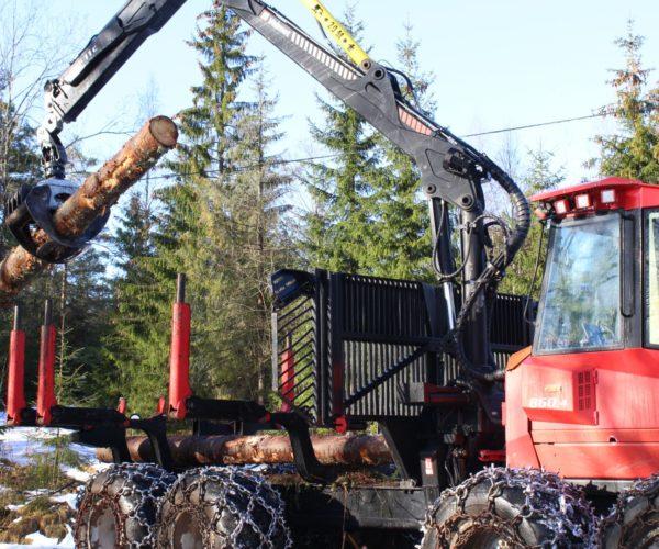 Naturbrukselever får kjøre skogsmaskin på Søve