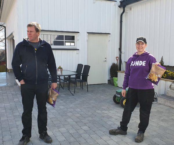 Bjørn og Birgitte, her ladet opp med potetgull, klare for å snakke om landbruk.