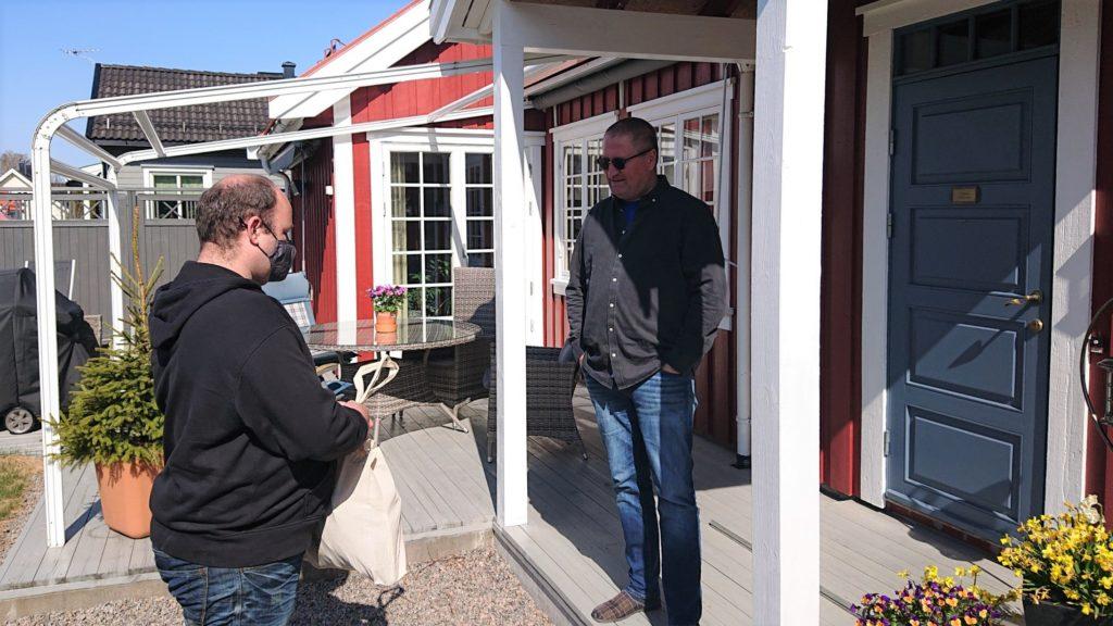Hyggelig når bondelaget kommer på døra. Geir satte pris på besøket og nettet med bondelagsforkle, samvirkeprodukter og andre lokale godsaker.