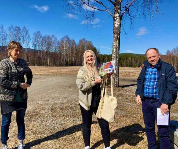 Åslaug ble glad for besøk og nettet med hilsen fra bondelaget overrakt av Hege og Arnfinn.