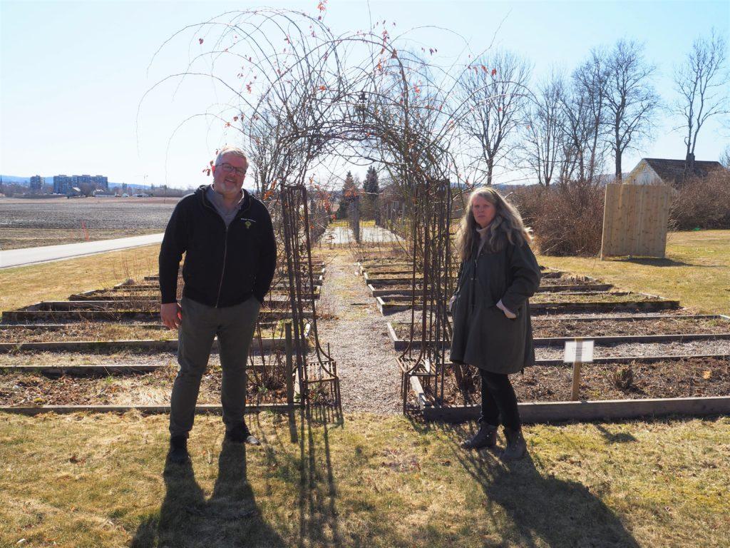 Urtehagen på Århus gård er ikke en del av andelslandbruket, men er en viktig informasjonsbærer med mange gamle kulturplanter. Her er det fri barneoppdragelse! sa Ellen. fv. Aslak Snarteland og Ellen Dagsrud.