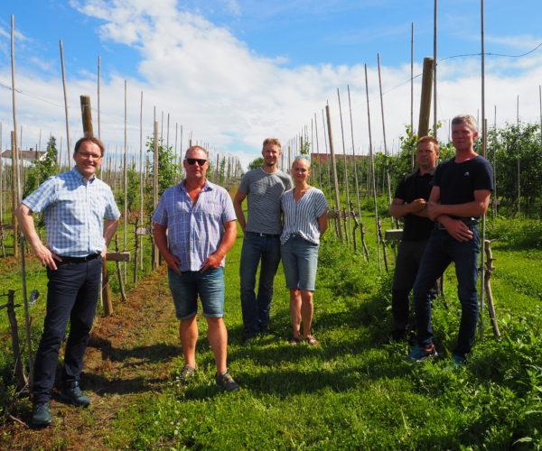 Statssekretær Widar Skogan sammen med fruktprodusentene: Jostein Jonsås, Henning Jensen, Anlaug Grave, Lars Einar Næs og Trond Bergskås (Telefrukt Produsentlag)