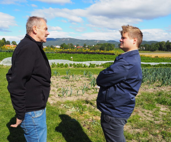 En viktig del av dagen var at politikerne fikk møte bønder. Her er Erik Dahl (leder Bamble Bondelag) og Tobias Drevland Lund (Rødt) i en godt prat.