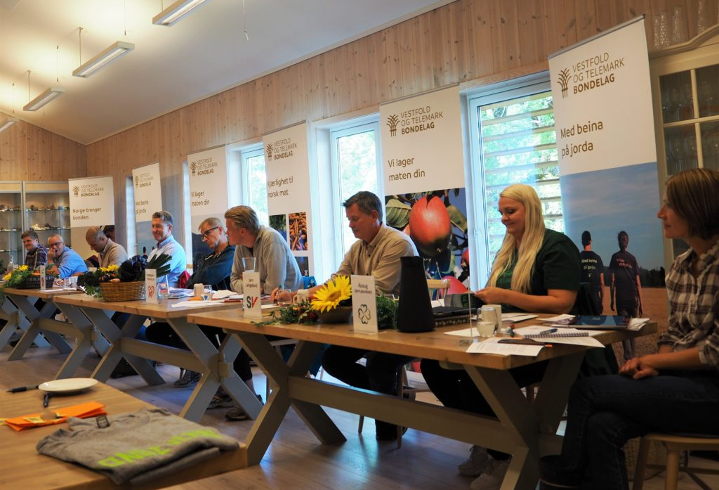 Panelet er klare til debatt. F.v.: Tobias Drevland Lund (Rødt), Bård Hoksrud (FrP), Mahmoud Farahmand (H), Terje Lien Aasland (AP), Gustav Søvde (V), Oddbjørn Nørstrud (KrF), Jørn Langeland (SV), Åslaug Sem-Jacobsen (SP) og Benedikte Nes (MDG).