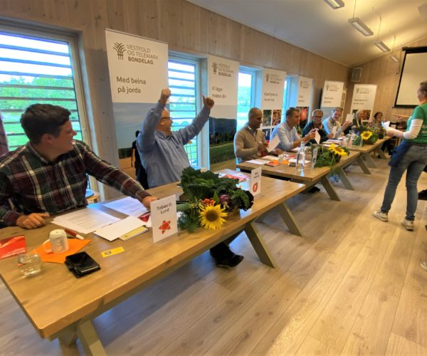 Bård Hoksrud viser glede over et riktig svar, mens Terje Lien Aasland får beskjed om at svaret hans var feil.