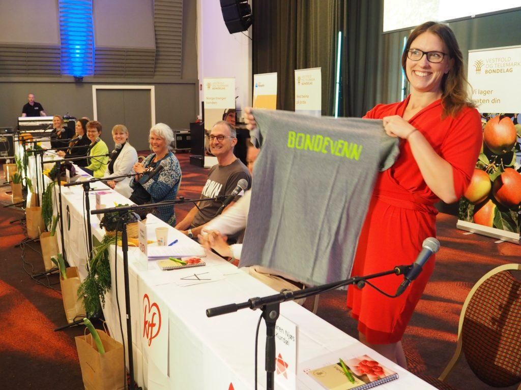 Fornøyd vinner. Maren Njøs Kurdøl (Rødt) fikk t-skjorte i premie.