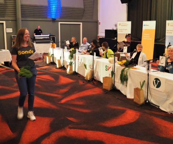 Grønnsaksquizen engasjerte. Turid Stalsberg fra administrasjonen i VTB viser her frem grønnkål.